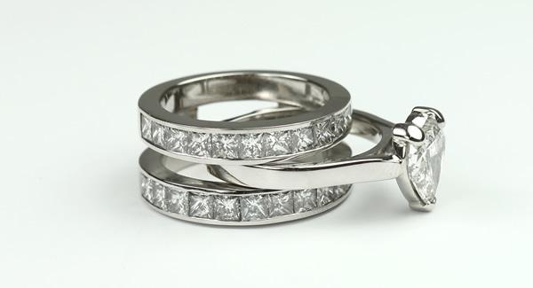 Interlocking engagement ring and wedding ring